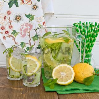 Bowle mit Gurke und Zitrone