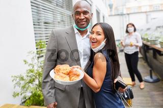 Business Leute mit einem Teller mit Gebäck im Café
