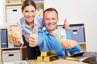 Finanzberater mit Gold und Geld