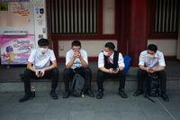 Singapur, Republik Singapur, Maenner mit Mundschutz im Stadtteil Chinatown