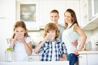 Kinder trinken frisches Wasser mit Limetten