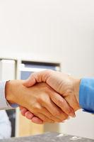 Händedruck mit zwei Händen im Büro