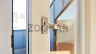Offene Tür am Balkon mit Türgriff am Tag