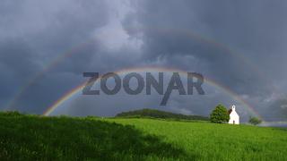 Regenbogen und Kapelle