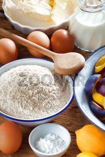 Hintergrund aus Zutaten für einen Pflaumenkuchen