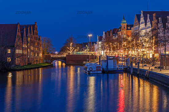 Altstadt von Lübeck an der Trave bei Nacht.
