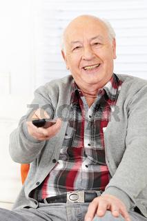 Alter Mann vor Fernseher mit Fernbedienung