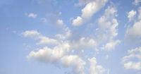 himmel wolken heiter wolkig blau