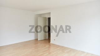 Großer leerer Raum mit Zimmertür nach Renovierung