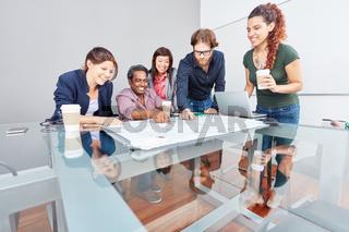 Business Team bei Projektplanung im Büro