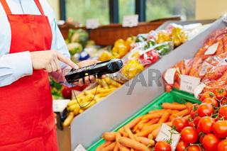 Hand bedient Datenerfassungsgerät im Supermarkt