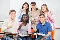 Schüler bei Nachhilfe halten Daumen hoch