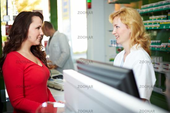Frau kauft in Apotheke ein