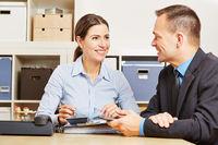 Steuerberater bei Finanzberatung im Büro