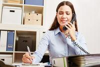 Frau ruft Hotline für Support an