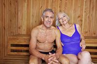Zufriedenes Paar Senioren in der Sauna