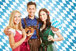 Mann und zwei Frauen in bayrischer Tracht