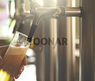 ein Wirt zapf Bier in einer Bar