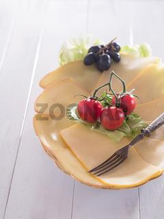 Käsescheiben auf einem Teller