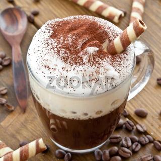 Eine Tasse Kaffee mit Milchschaum