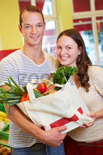 Paar hält Einkaufstasche im Supermarkt