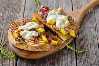 Großer Toast mit Hähnchenbrust, Mango und Granatapfelkernen