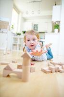 Kleinkind greift nach Bausteinen