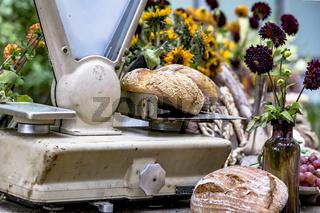 Knusprige Vollkorn Brotlaibe auf einer nostalgischen Waage auf einem Wochenmarkt