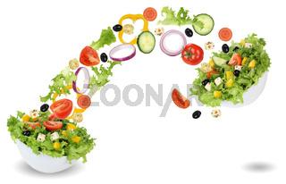 Fliegende Salat Zutaten mit Tomate, Gurke, Zwiebel und Paprika