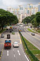 Singapur, Republik Singapur, Stadtverkehr in einem Wohngebiet mit Wohnhochhaeusern