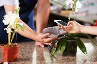 Bargeldlos bezahlen mit Smartphone im Gartencenter