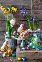 Bunte Schokohasen und Blumen
