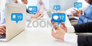 Geschäftsleute nutzen Social Media während Meeting