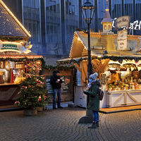 Christmas market 2020, small Christmas market, visitors with mask during the corona pandemic, Bremen