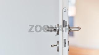 Offene Zimmertür mit Schlüssel in Wohnung