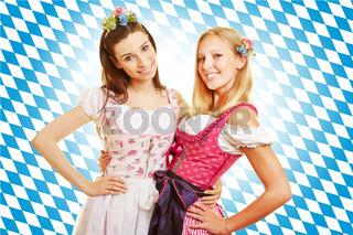 Zwei Frauen in Bayern im Dirndl