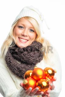 frau mit weihnachtskugeln