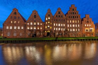 Historische Salzspeicher in der Altstadt von Lübeck an der Trave bei Nacht.