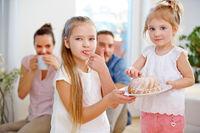 Kinder kosten Napfkuchen am Geburtstag