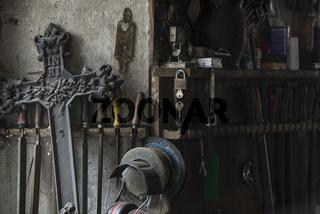 Grabkreuz in einer Schmiede