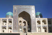 Sher-Dor Madrasah on Square Registan, the inscription above the gate in a special Arabic script it s