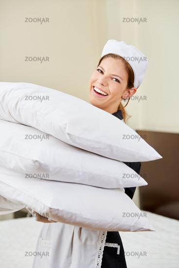 Zimmermädchen wechselt Kopfkissen