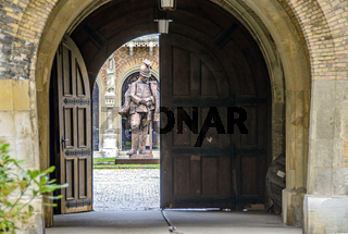 Statue eines Ulanen im Eingang zum heeresgeschichtlichen  Museum im Wiener Arsenal