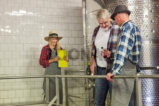 Winzer und Kellermeister in der Weinkellerei