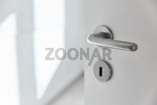 Offene Zimmertür in Wohnung mit Türklinke und Schlüsselloch