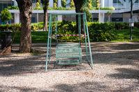 Singapur, Republik Singapur, Abgeriegelte Schaukel in einem Park waehrend Covid-19 Ausgangsbeschraenkung