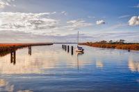 stille Ostsee mit Boot im Abendlicht