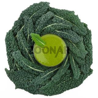 Grüner Smoothie mit Kohl von oben fotografiert
