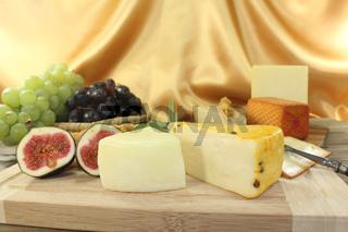 gesunde Käsescheiben mit Feigen