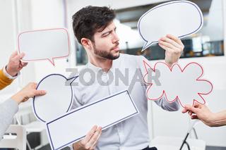 Koomunikation Konzept mit Händen und Sprechblasen